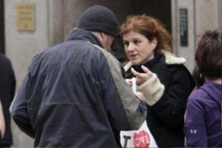 Nữ du khách Pháp mời người đàn ông lam lũ trên phố miếng Pizza