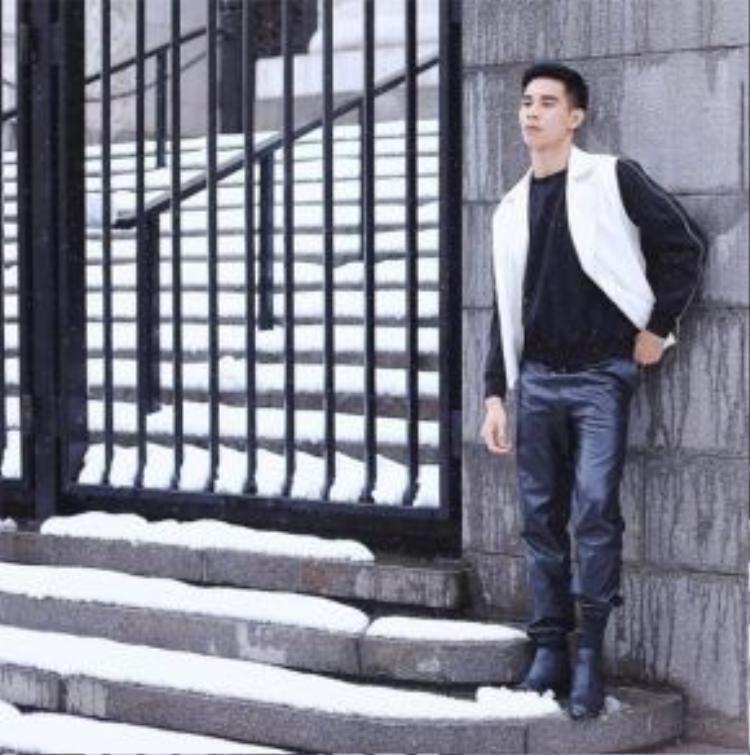 Tuy nhiên, ngoài việc khoe thân hình 6 múi, anh chàng cũng sở hữu phong cách thời trang sành điệu.