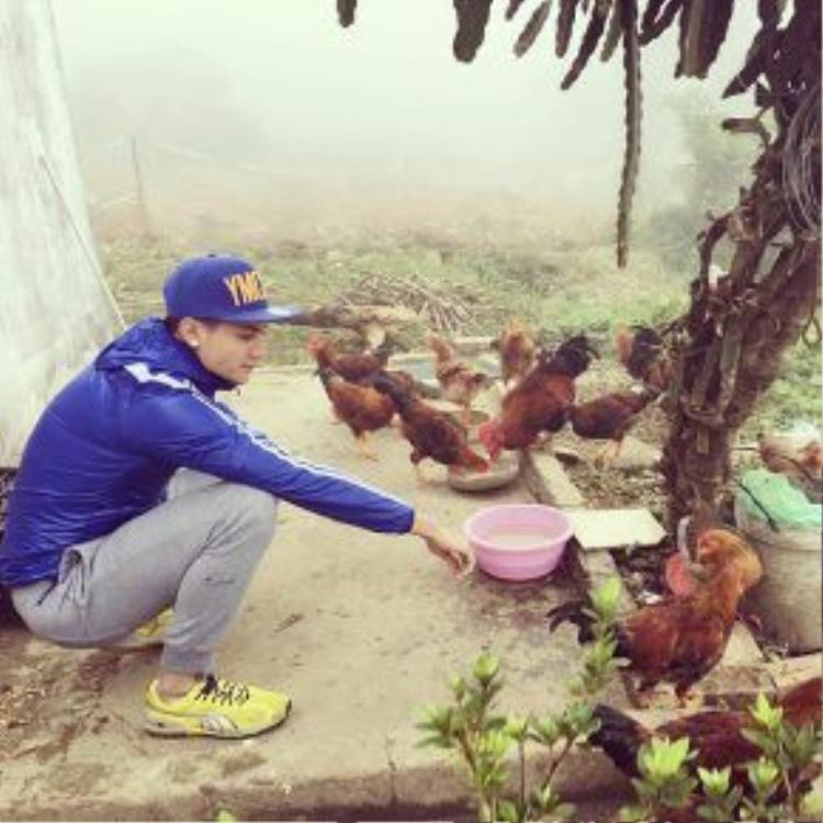 """…hay khi ngồi cho gà ăn thì """"nam thần"""" Vĩnh Thụy vẫn cuốn hút."""