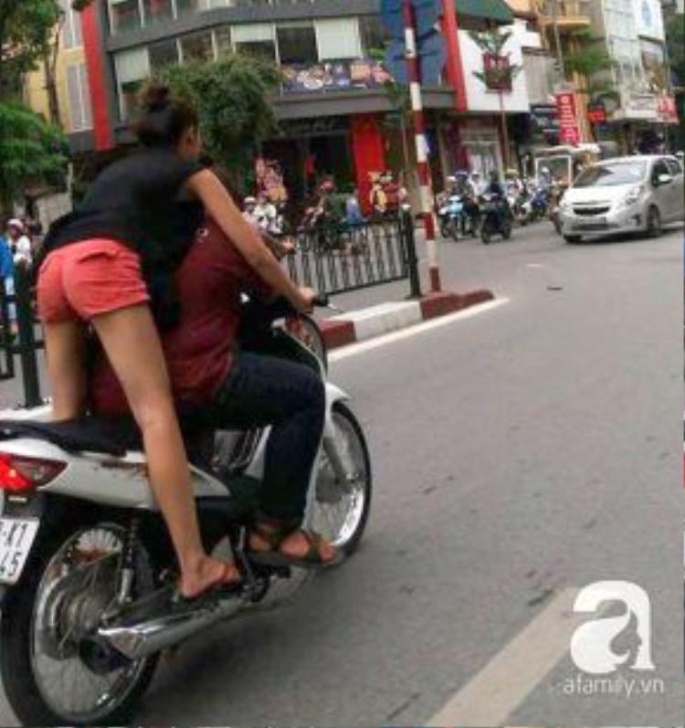 Cô gái vươn người về phía trước lái xe.