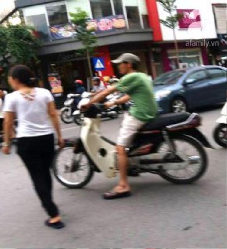 Người đi đường thán phục tài năng của cô gái điều khiển xe.
