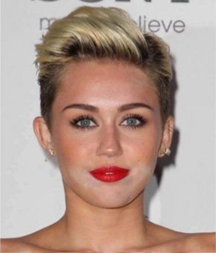 Miley cyrcus mắc lỗi tạo khối quá nhiều phần cằm và môi