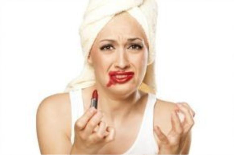 Son môi bị lem sẽ khiến bạn mất tự tin khi đối diện phái mạnh
