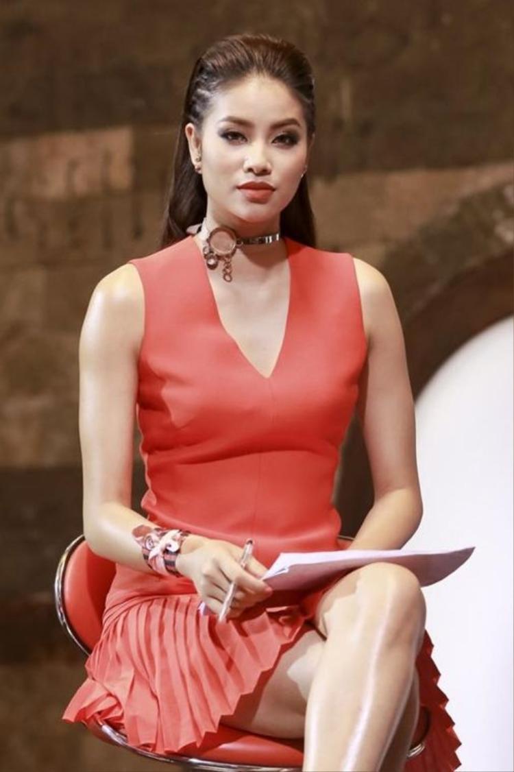 'Bà trùm Hoa hậu' lại ca ngợi Phạm Hương, dân mạng Việt bấn loạn