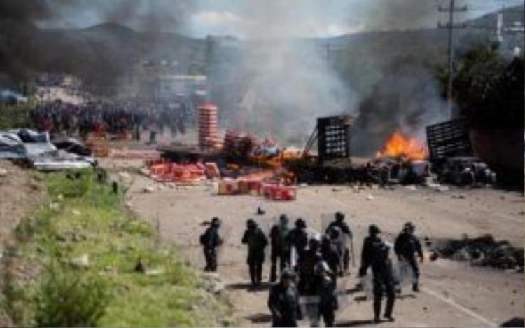 Người biểu tình đã ném đá, bom và cả xăng trong cuộc đụng độ đẫm máu này