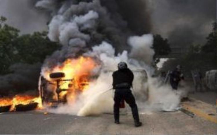 Hiện trường vụ đụng độ giữa giáo viên và cảnh sát tại Mexico