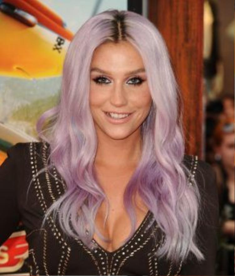 Tháng 7/2013, Kesha là một trong những ngôi sao đang dẫn đầu xu hướng với tóc màu tím khói siêu hiện đại. Nhìn cô nàng trông cực kì trưởng thành dù cá tính vẫn khác người.