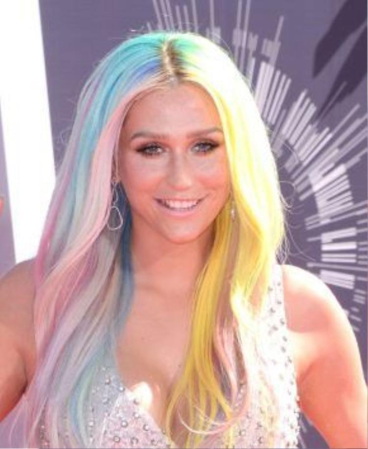Tháng 8/2014, tóc cầu vồng đã xưa quá rồi, phải là cầu vồng pastel với vàng chanh, xanh da trời, hồng cánh sen…