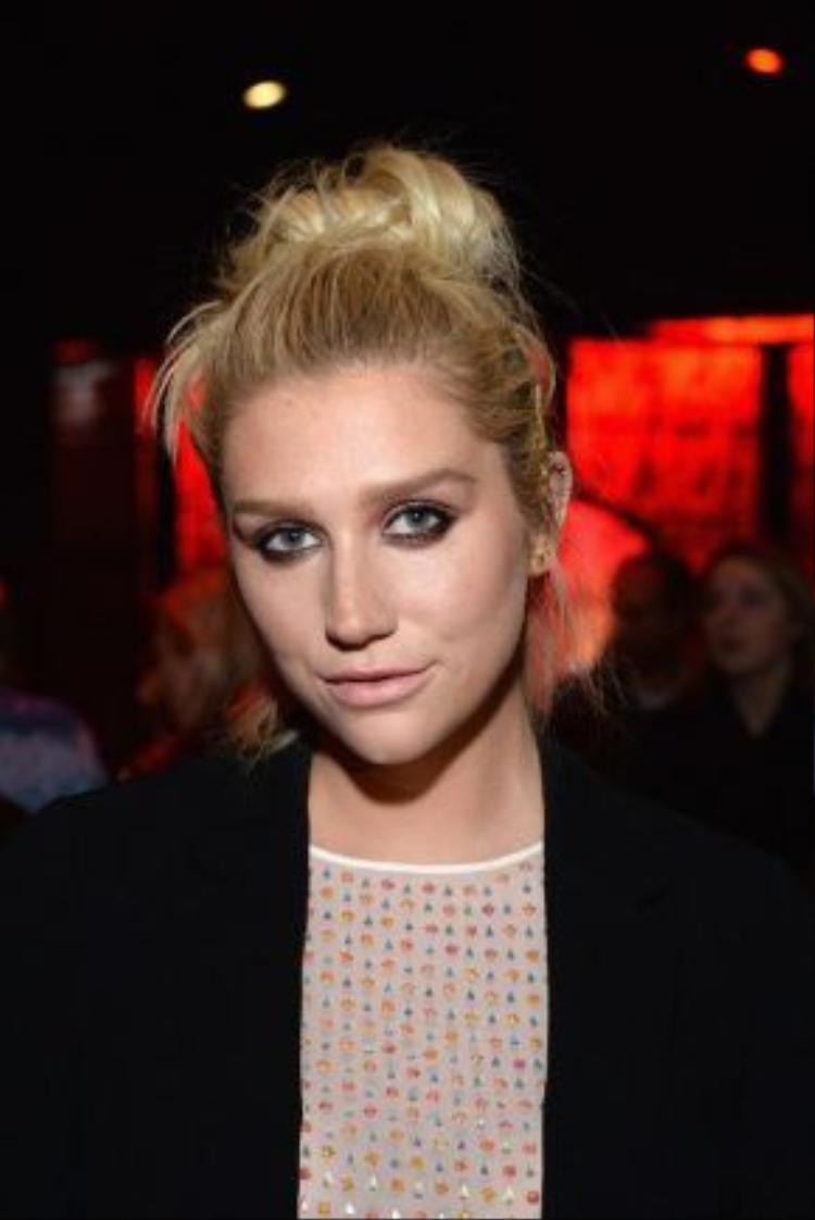 Tháng 2/2015, có lẽ sự khác biệt lớn nhất chính là sự giản dị nhất, đối với Kesha là vậy. Không rock chic, không party girl, chỉ có một Kesha mộc mạc.