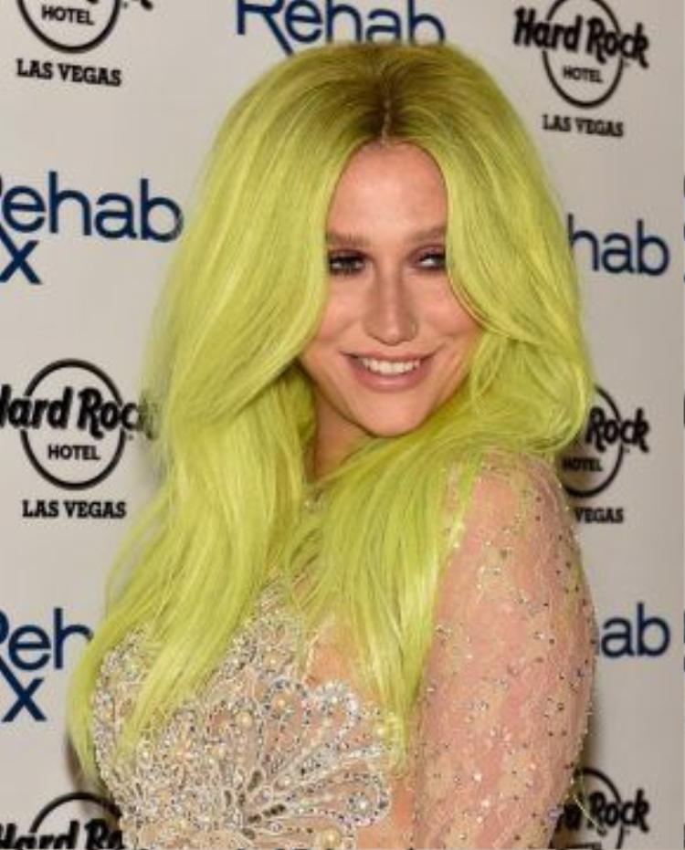 Tháng 5/2015, giản dị không được bao lâu thì cô nàng lại quay trở lại với mái tóc toàn màu vàng chanh.