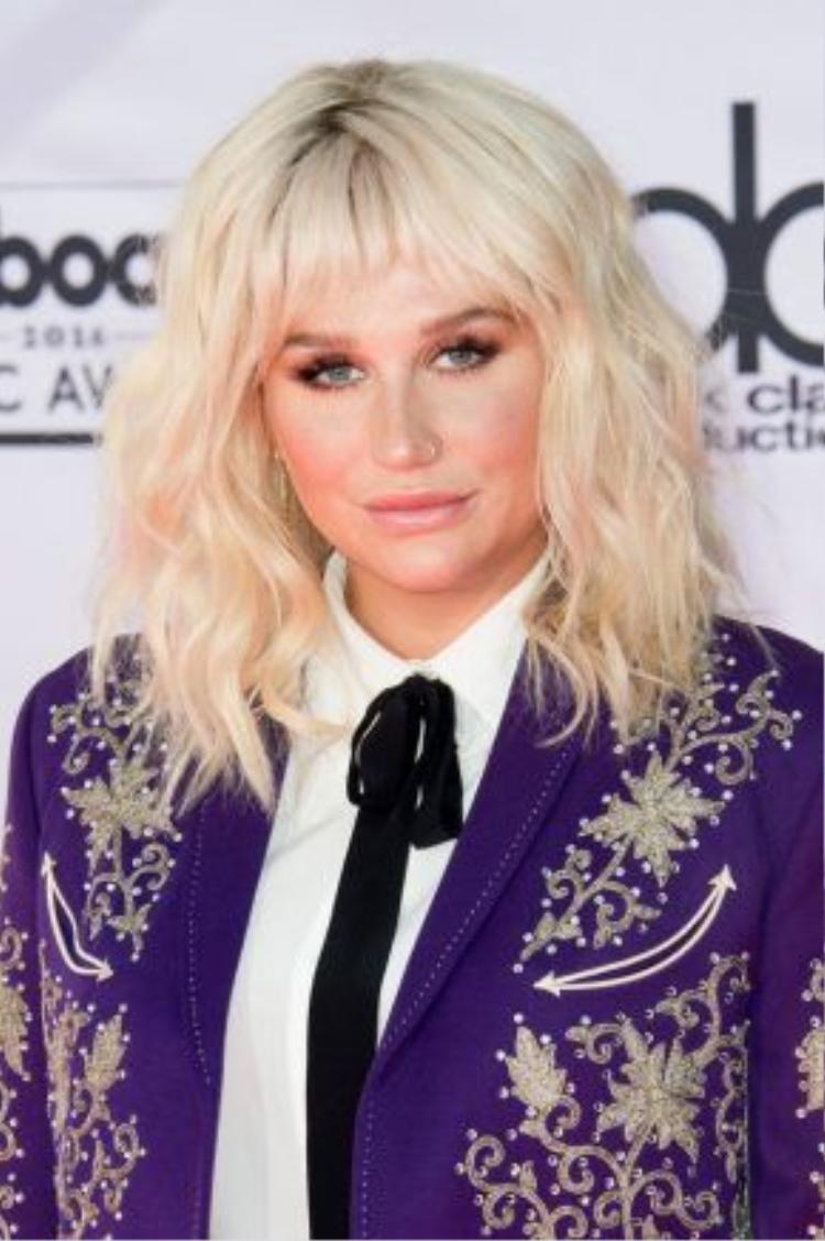 Tháng 5/2016, tóc xoăn rối cùng kiểu make up trong suốt. Đây là một trong những hình ảnh chic nhất từng thấy của Kesha.
