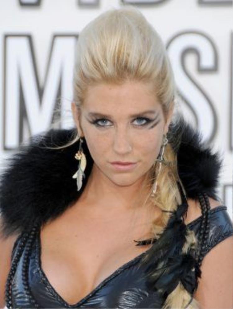 """Tháng 9/2010, xuất hiện lần đầu tại lễ trao giải MTV VMA, Kesha đã không còn hình ảnh cô nàng """"chơi bời"""" nữa mà chuyển sang một chút hoang dã hơn với kiểu kẻ mắt đen không đối xứng, tóc được vuốt ra sau và trang trí cùng lông vũ."""