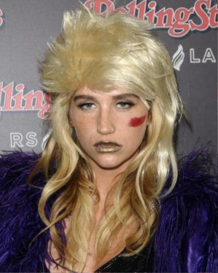 Chỉ vài tuần sau đó, Kesha lại khiến dân tình ngã ngửa khi xuất hiện với hình ảnh một ngôi sao nhạc rock thập niên 70's với kiểu đầu sư tử đặc trưng, mái được làm xù. Chưa kể là son màu gold và kiểu vẽ mặt đặc trưng của Kesha.