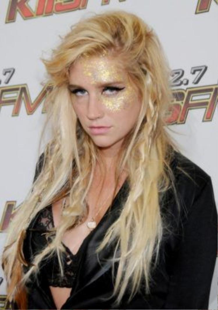 """5/2011, Kesha như trở lại hình ảnh """"chơi bời"""" như năm 2009 nhưng lại có phần sang hơn hẳn. Kiểu vẽ màu gold lên mặt và tóc được tết một nửa là một trong những biểu tượng của Kesha."""