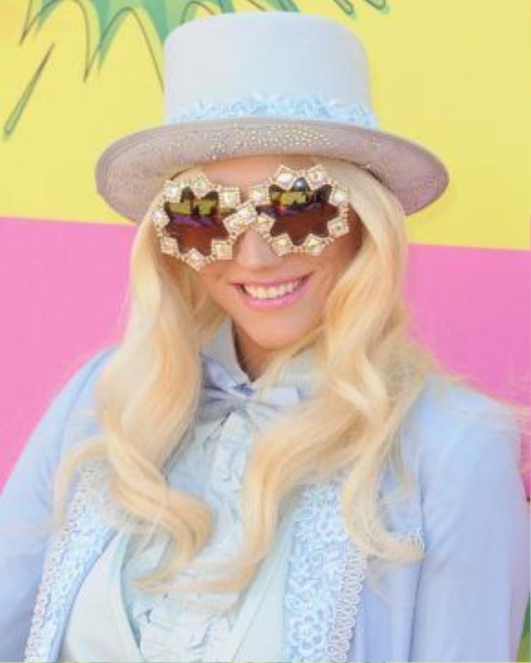 """Tháng 3/2013, hiếm khi cô xuất hiện với hình ảnh """"gọn gàng"""" chưa từng có. Mái tóc vàng được uống xoăn lọn vô cùng hoàn hảo cùng màu son hồng. Cô như một nhân vật sang chảnh bước ra từ các bộ phim vậy."""