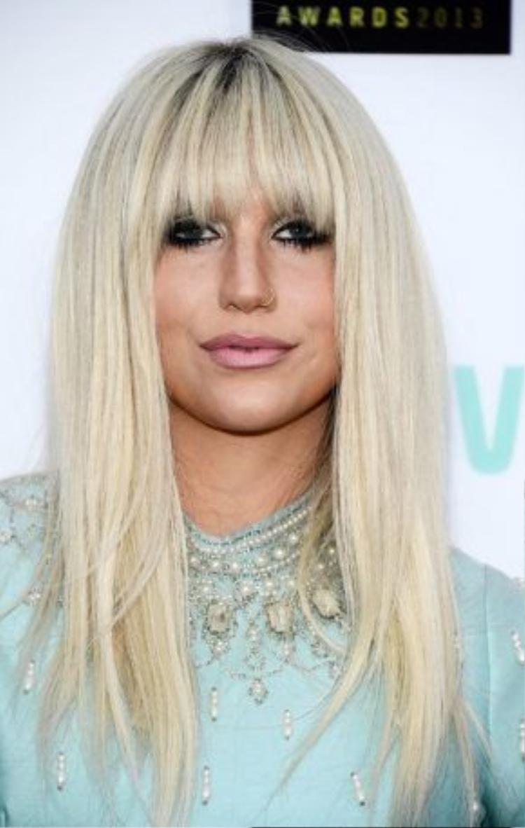Tháng 4/2013, Kesha đã khiến cho mái bằng trở nên vô cùng rock chic. Mắt được đánh khói và son màu hồng đất, nhìn thần thái của Kesha đã đủ thấy một ngôi sao hạng A!