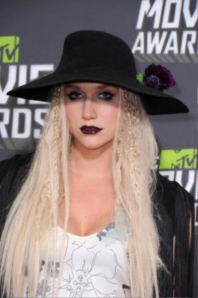 Nhìn lướt qua sẽ nghĩ tại sao Christina Aguilera lại trở về hình ảnh những năm 2000 vậy? Nhưng đó lại là Kesha đó, cô nàng đã sử dụng đúng gu make-up mà Xtina từng dùng, son môi đỏ thẫm màu máu cùng rất nhiều mascara đen, ai ngỡ đây là Kesha cơ chứ?