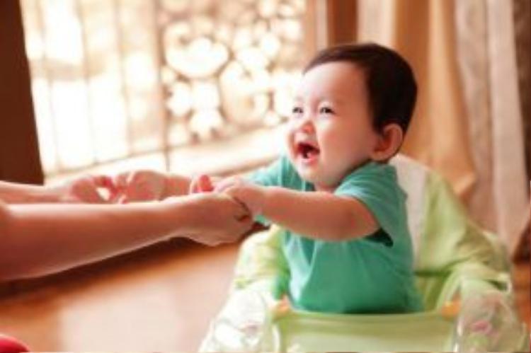 Sinh ngày 17/7/2015, Kubi đã gần được 1 năm tuổi. Cậu quý tử nhà Khánh Thi - Phan Hiển ngày càng đáng yêu, bụ bẫm và lanh lợi.