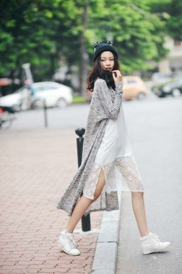 Slip dresses kết hơp với sneaker khiến tổng thể set đồ trở nên cá tính mà vẫn giữ được sự năng động