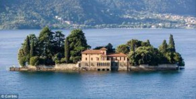 Hồ Iseo là một trong những địa điểm nghỉ dưỡng mùa hè nổi tiếng của Italy. Môi trường thiên nhiên nơi đây được bảo tồn tốt, với những dãy núi xanh tươi bao quanh hồ nước trong như ngọc. Giữa hồ có đảo Monte Isola, du khách có thể sang đây bằng phà.