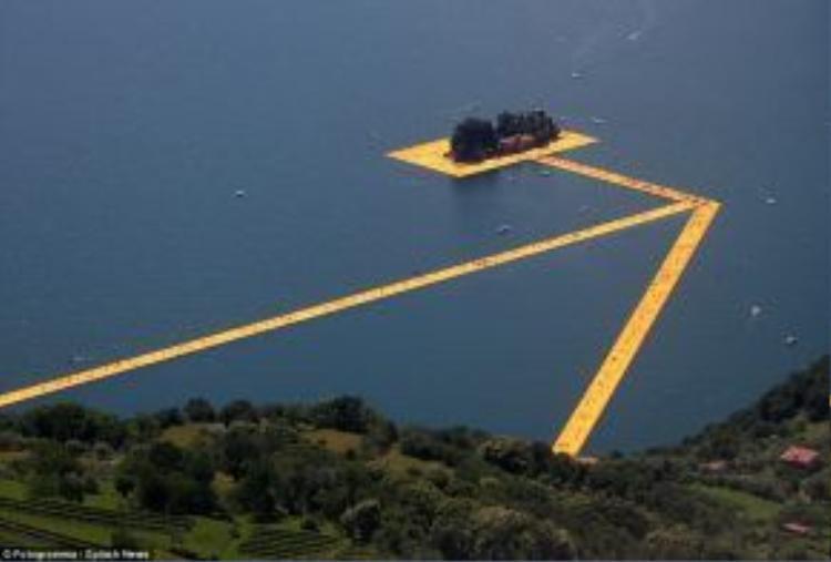 """Nghệ sĩ Christo Vladimirov Javacheff và Jeanne-Claude đã thực hiện dự án """"Cầu cảng nổi"""" với vốn đầu tư 16,7 triệu USD. Dự án này khai trương vào 18/6."""