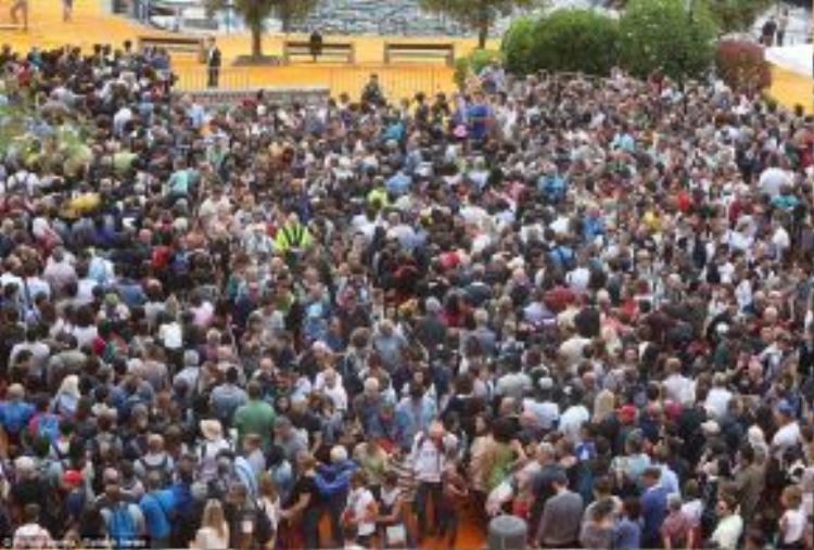Lượng du khách lên tới đỉnh điểm sau giờ ăn trưa hôm 18/6, với một hàng dài ở cổng vào dự án. Hôm sau, 19/6, lượng người cũng đông không kém.