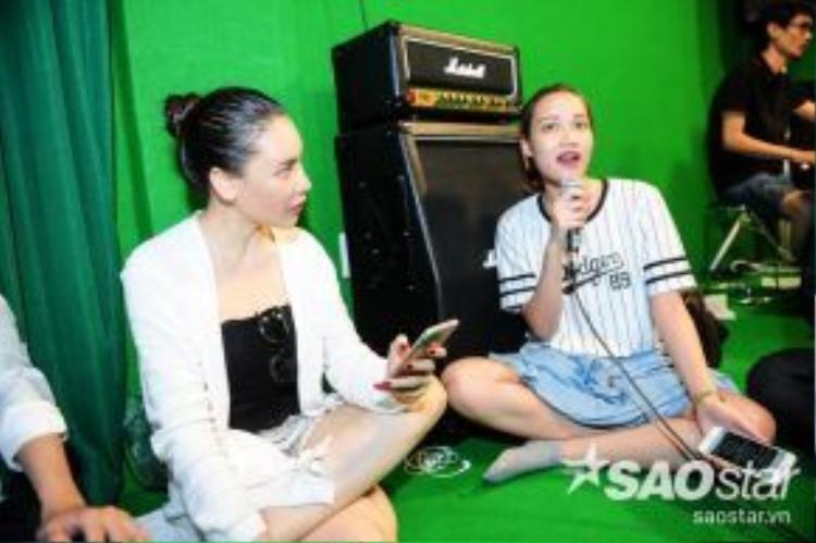 Hồ Quỳnh Hương cũng lắng nghe để phát hiện những lỗi sai và kịp thời chấn chỉnh.