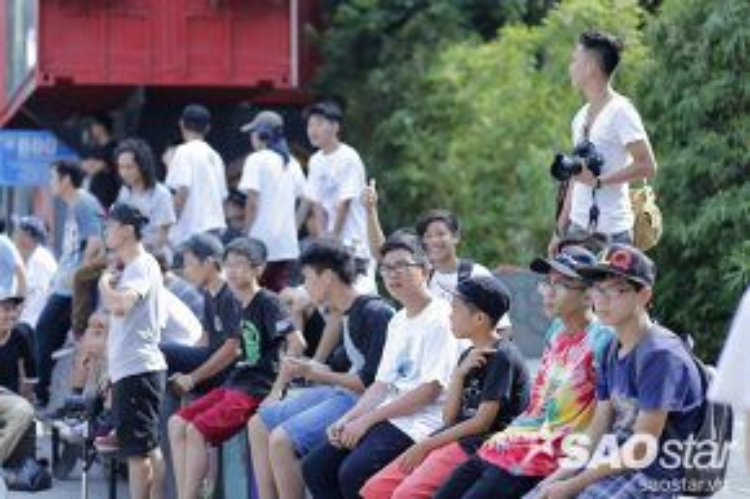 Đầu giờ chiều nhiệt độ khoảng 35độ C , nhưng rất đông các bạn trẻ trong giới skateboarding đã tập trung về sảnh Toà nhà Thành phố sáng tạo Hà Nội.