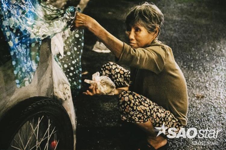 Tự sự của cụ bà vô gia cư ở Sài Gòn: Trời mưa khổ lắm con ơi!