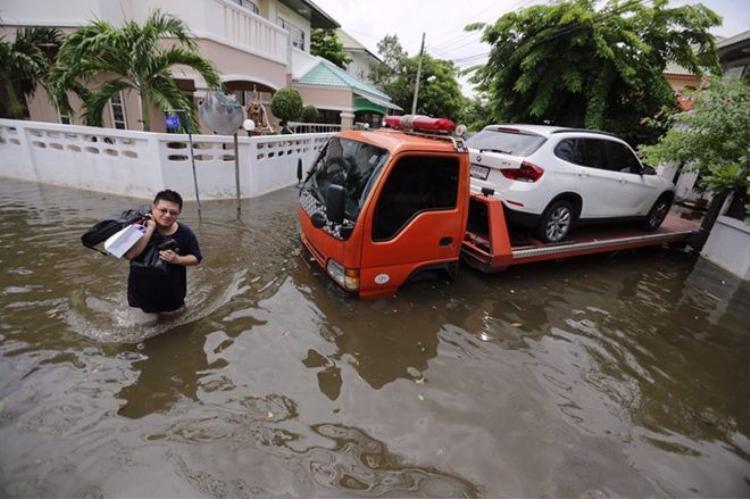 Mưa lớn nhất trong 25 năm qua, người dân Bangkok chèo thuyền trên phố