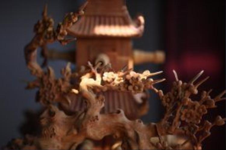 """Dự án điêu khắc """"Lạc chốn"""" được chạm khắc hoàn toàn bằng gỗ mít - một vật liệu truyền thống đã mê hoặc Bùi Công Khánh từ lâu bởi ứng dụng linh hoạt của nó vào đời sống cộng đồng nơi đây."""