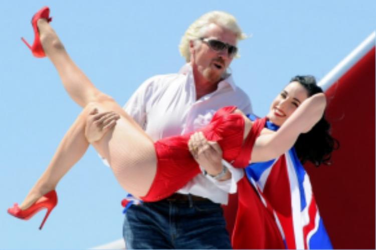 Trái với sự khắc nghiệt của CEO người Đức, nhân viên Malaysia Airline ca ngợi CEO của hãng bay Mỹ Virgin Airlines, ông Richard Branson, vì thể hiện sự thân thiện với cấp dưới.