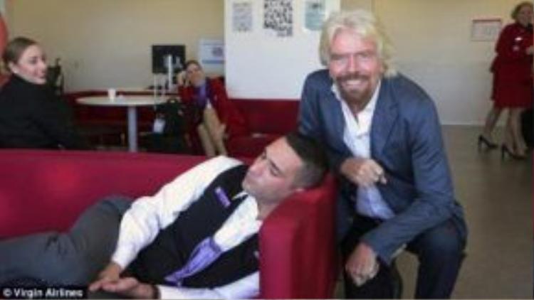 Bức ảnh ông Richard Branson bên canh tiếp viên ngủ gật tại Sydney được Công đoàn MAS đăng tải.
