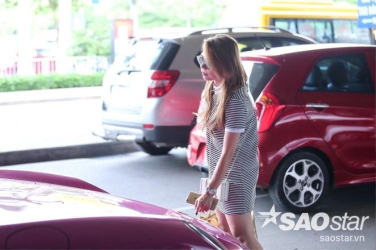 Thanh Thảo lái siêu xe Porche hồng hút hết sự chú ý giữa sân bay