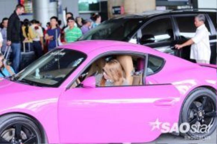 Không cần sự trợ giúp của người bạn, Thanh Thảo còn tự lái chiếc xe màu hồng rực rỡ đi về.