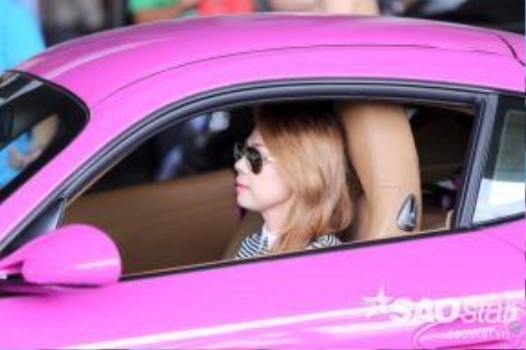 Theo tìm hiểu, chiếc xe màu hồng Porsche Cayman S này có giá lên đến gần 2 tỷ đồng.