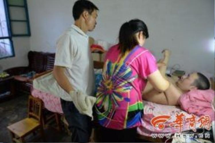 Vợ chồng chị Xie anh Liu chăm sóc cho người chồng cũ của chị