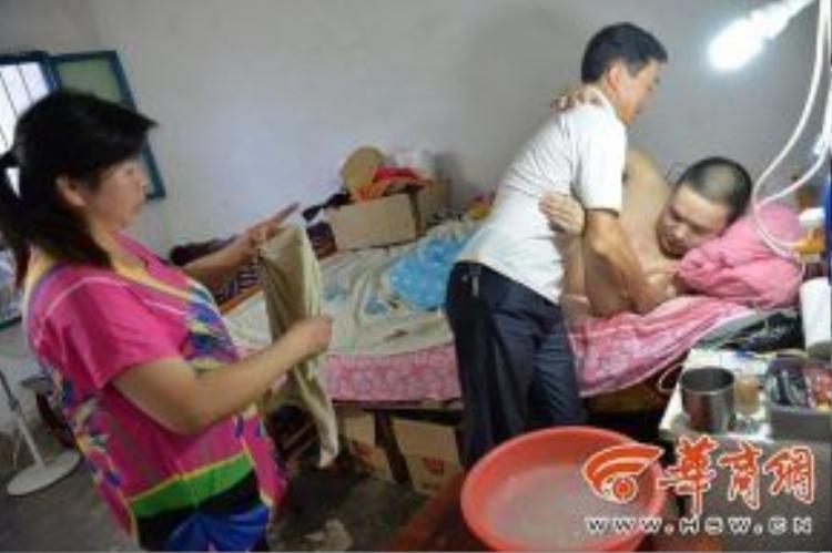 Trong một vụ tai nạn lao động anh Xu đã bị liệt