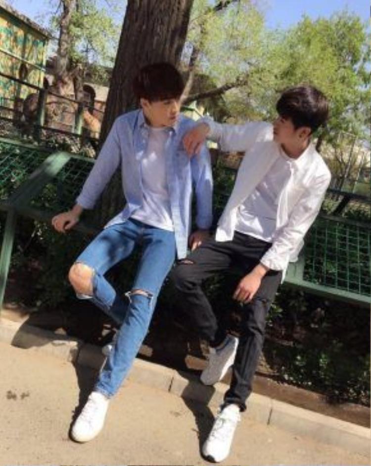 Chỉ cần một đôi giày bata trắng, quần jeans rách, áo thun trơn màu và khoác ngoài một chiếc áo sơmi thôi thì cặp trai đẹp trên màn ảnh cũng vẫn đủ thu hút.