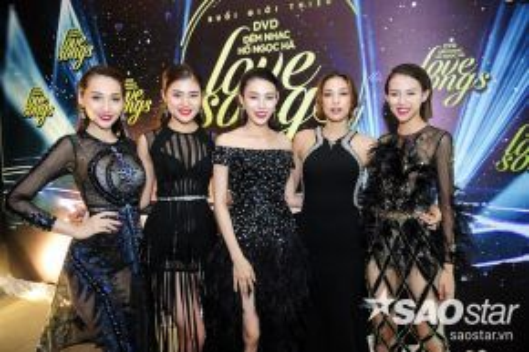 Đây cũng là lần đầu tiên 5 thí sinh của Team Hồ Ngọc Hà chính thức xuất hiện vô cùng quyến rũ tại một sự kiện trong những bộ trang phục của NTK Đỗ Long.