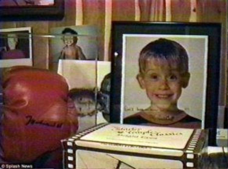 """Hình ảnh diễn viên nhí Macaulay Culkin với dòng tin nhắn """"Đừng để em một mình"""" được tìm thấy trong căn phòng bí mật của Jackson."""