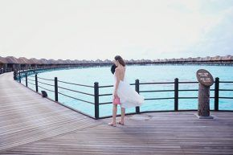 Tú Anh đẹp gợi cảm với bộ váy trắng giữa biển trời mênh mông của Maldives.