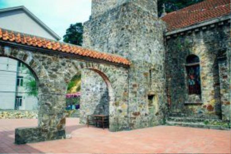 Công trình được Pháp xây dựng và vẫn còn tồn tại suốt hơn 100 năm qua. Đây cũng là địa điểm chụp ảnh cưới quen thuộc của các cặp đôi khi ghé thăm Tam Đảo.