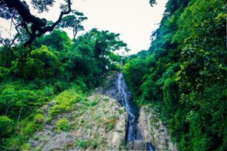 Nằm cách đó không xa, thác Bạc nằm giấu mình trong núi với dòng nước trắng xóa đổ xuống len qua từng vách đá.