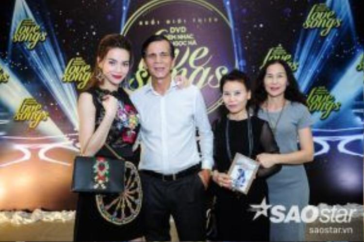 Bố mẹ ca sĩ Hồ Ngọc Hà cũng tới chúc mừng con gái.
