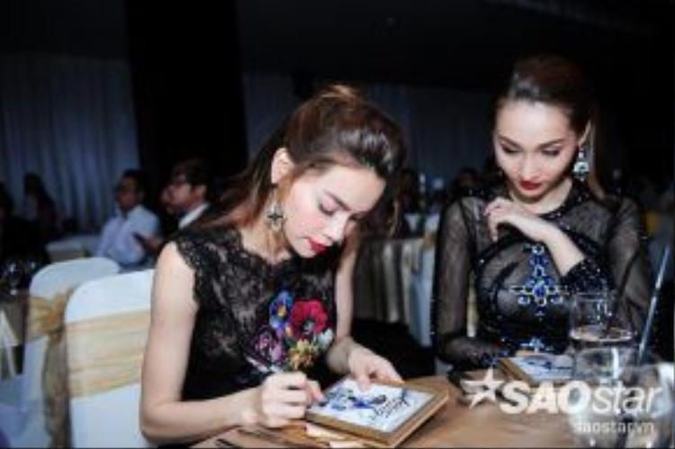 Nữ ca sĩ ký tặng đĩa cho khách mời.