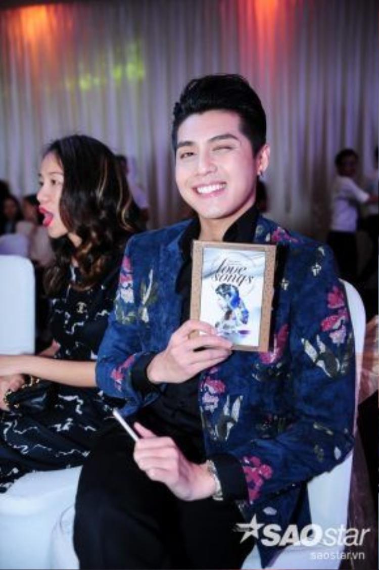 Ca sĩ Noo Phước Thịnh xuất hiện khá trễ, mặc dù bận rộn nhưng anh chàng vẫn có mặt để chúc mừng người chị thân thiết của mình.