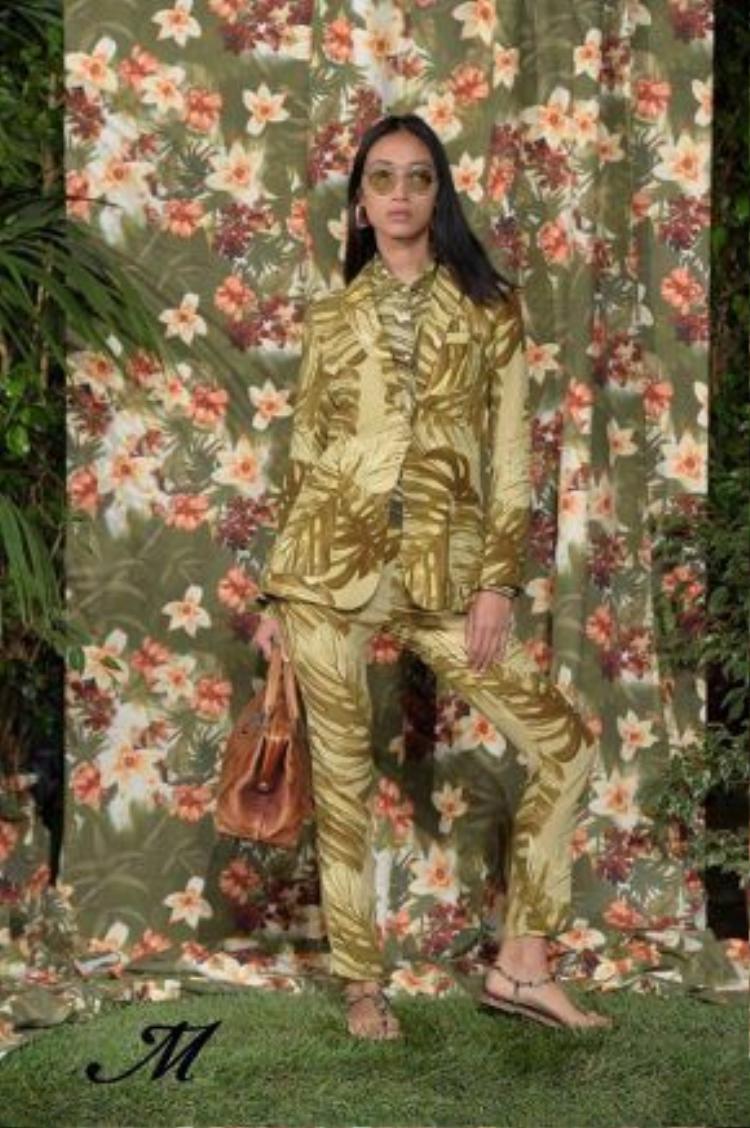 Trang Khiếu diện suit sành điệu trẻ trung với họa tiết nhiệt đới.