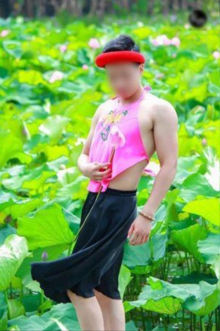 Chàng trai tạo dáng giữa hồ sen. Ảnh: Văn Quang