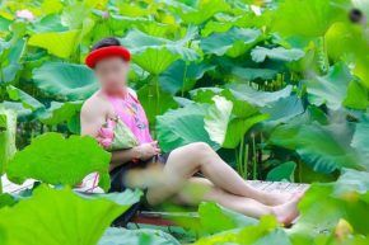 Mẫu chính trong bức ảnh là K.S (sinh năm 1995). Ảnh: Văn Quang.